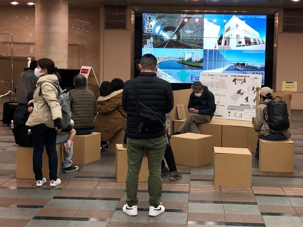 ゼスト御池 京都新聞 多機能段ボールベッド展示&体験アンケート調査の様子